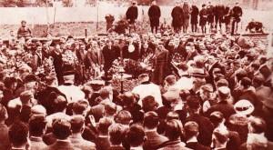 De begrafenis van Achierl Dermaux die diep in de finale van Parijs-Lille met nog honderd meter te gaan en alleen op kop ten val en komt en ter plekke sterft. Archiel werd 29 jaar.