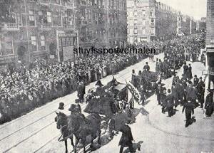 De begrafenisstoet van Piet van Nek in de Amsterdamse Van Woustraat. Op de route naar het kerkhof stonden naar schatting tachtigduizend mensen.