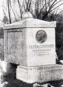 Het graf van wereldkampioen stayeren Peter Gunther. Peter, 36 jaar, viel dood in zijn thuisstad Keulen