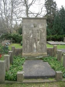 Piet van Nek, stayer, verongelukte op 14 april 1914 op de wieleerbaan van Leipzig. Piet, 28 jaar kreeg van zijn supporters een praalgraf op de Nieuwe Oosterbegraafplaats in Amsterdam.