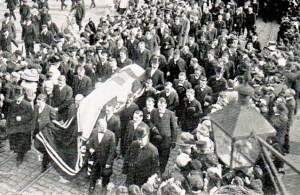 Volksheld Karel Verbist kreeg in Antwerpen een heldenbegrafenis. Tienduizenden volgden Karel op zijn laatste tocht. Tot ver na zijn dood zong het volk 'Kareltje, Kareltje, Kareltje Verbist, Had ge niet gereden op d'n pist, Had ge niet gelegen in Uw kist'. Schrale troost voor een renner die maar 26 jaar werd.